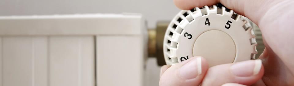 draaien aan knop van radiator